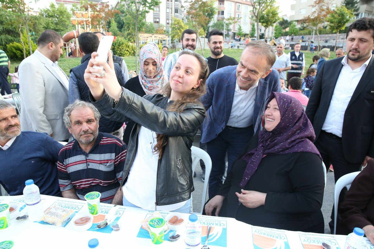 iftar-sofralarinda-bereket-paylasiliyor