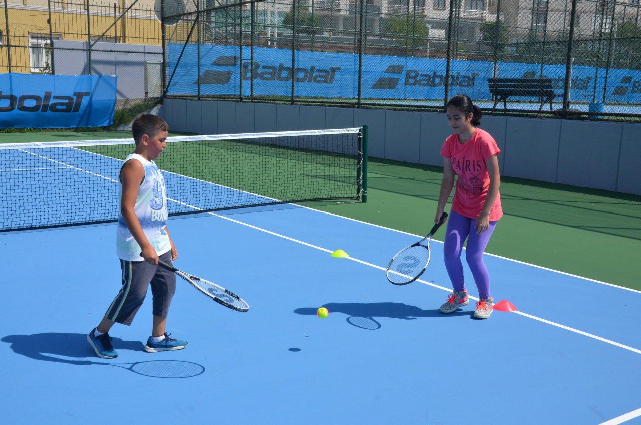 gelecegin-teniscileri-kortlara-cikti