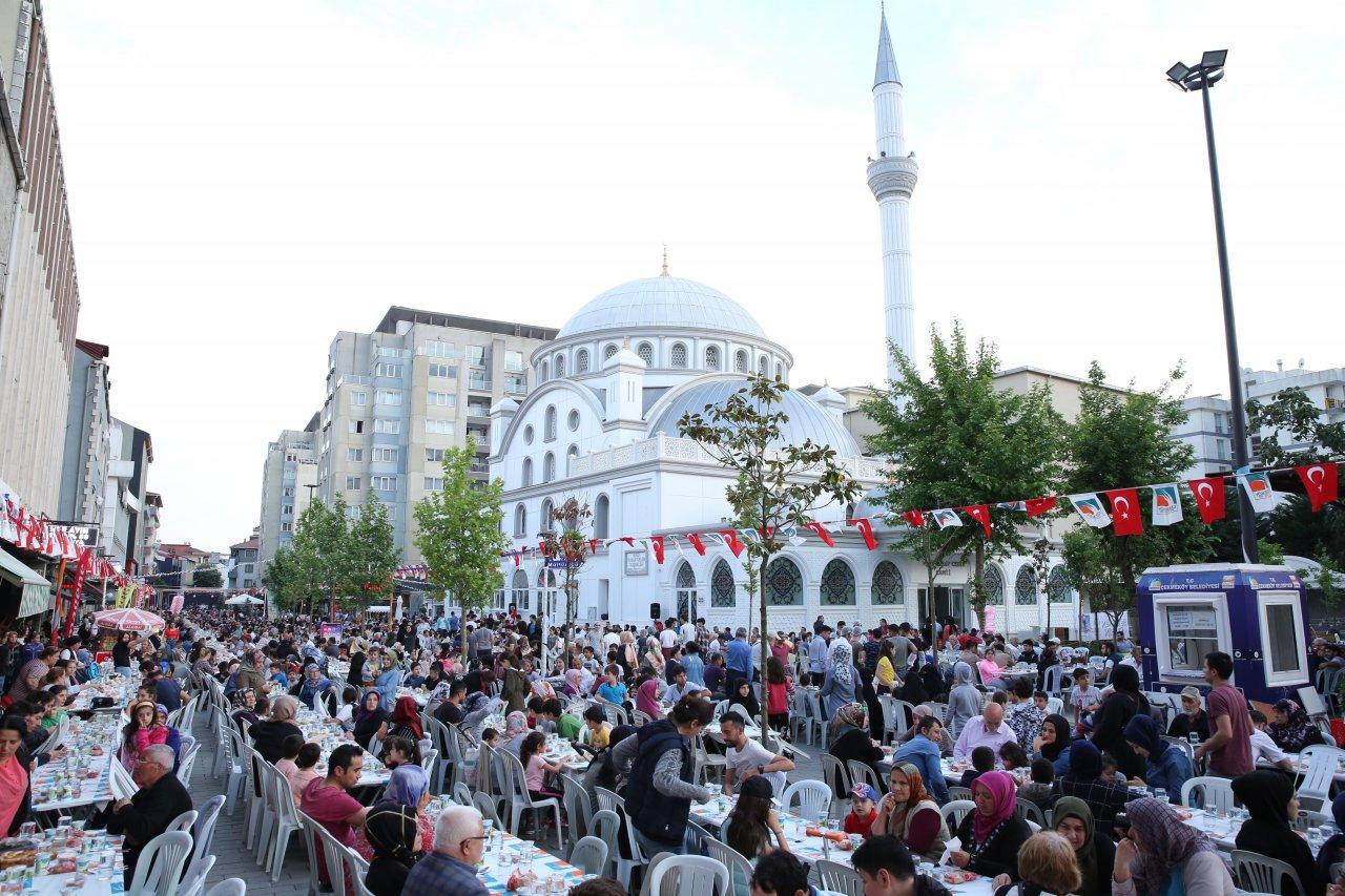 binlerce-vatandas-sultan-murat-caddesi-nde-kurulan-iftar-sofrasinda-bulustu